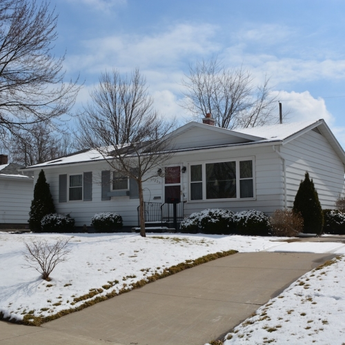 3 bedroom 1.5 bath home on bsmt in Hillcrest.