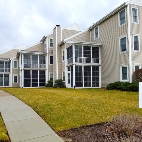 Well maintained 2 bedroom condo with garage on Syracuse Lake.