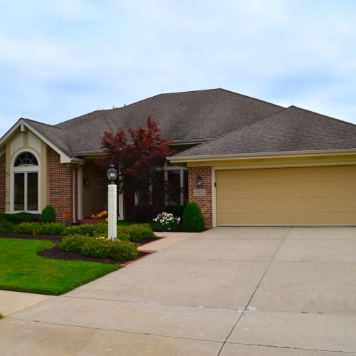 Beautiful, well maintained Autumn Ridge villa on golf course