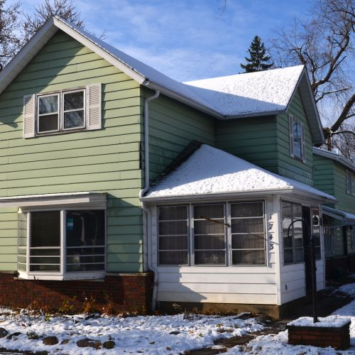 3 bedroom, 3 bath home w/ plenty of living space close to downtown.
