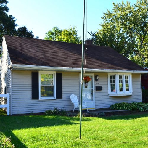 Charming 3 bedroom, 1 bath home w/ detached garage just off Parnell Ave.