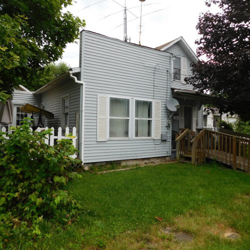 Investment single family home with multiple structures in Huntington